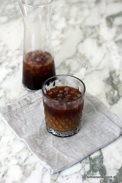 Kalter Kaffee aus der French Press mit Eiswürfeln, gut bei Hitze