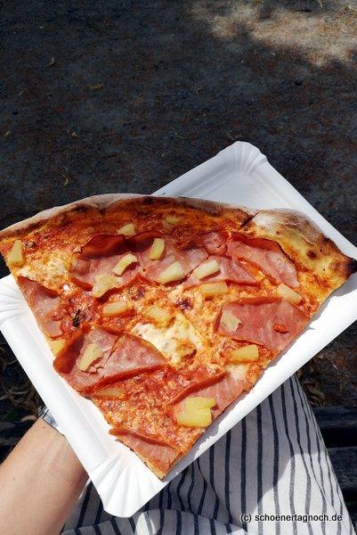 """Pizzaschnitte """"Hawaii"""" mit Schinken und Ananas im Paparazzi in Karlsruhe"""
