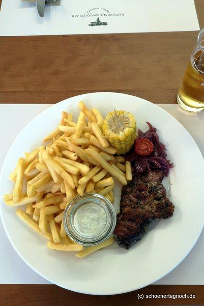 Schweinenackensteak mit Pommes und Tzatziki im Clubrestaurant des Golfclubs Bad Liebenzell