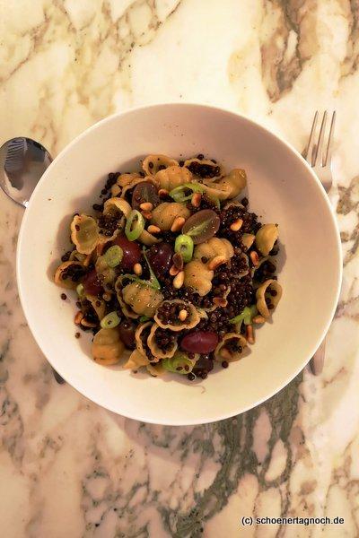 Vegane Pasta mit Belugalinsen und Weintrauben mit Balsamcio