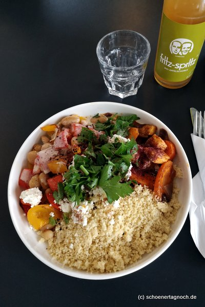 Mittagstisch im Alina Café im Alten Schlachthof in Karlsruhe: Gewürzcouscous mit Ofengemüse und Joghurt-Tahin-Sauce