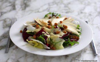 """""""Bitterer Wintersalat"""" mit Radicchio, Chicorée, Rucola, gerösteten Kichererbsen und Birnen-Senf-Dressing"""