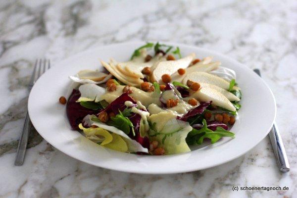 """Bitterer Wintersalat mit Radicchio, Chicorée, Rucola, gerösteten Kichererbsen und Birnen-Senf-Dressing, Rezept aus """"Himmlisch gesund"""" von Lynn Höfer"""