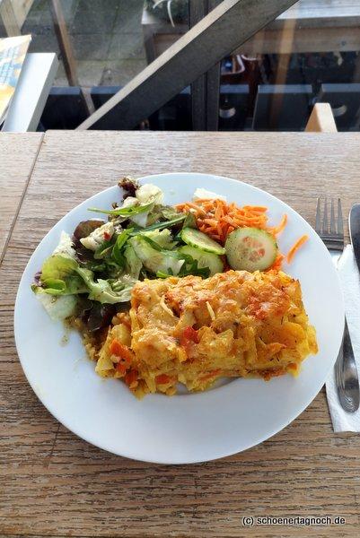 Kartoffelgratin mit Salat im vegetarischen Imbiss Glashaus in Karlsruhe