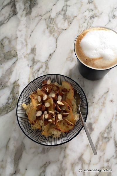 Hirse-Porridge mit Kardamom, Zimt, warmen Apfelspalten und gehackten Mandeln zum Frühstück