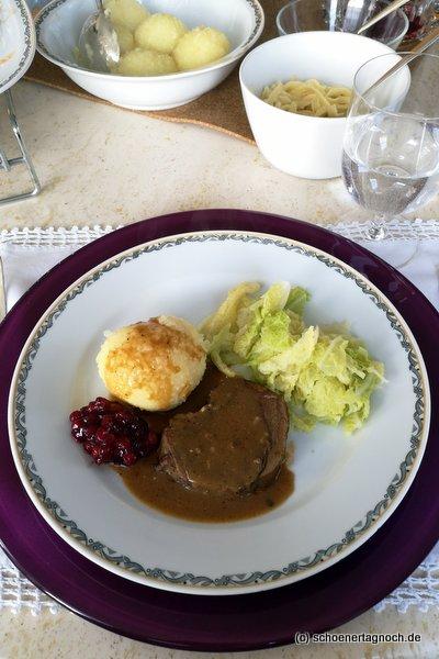 Rehkeule mit Kartoffelklößen, Wirsing und Preiselbeeren