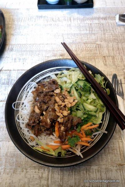 """Scharfer Reisnudelsalat mit gebratenen Rindfleischstreifen """"Bun Bo"""" im Saigon Asia Imbiss in Karlsruhe"""