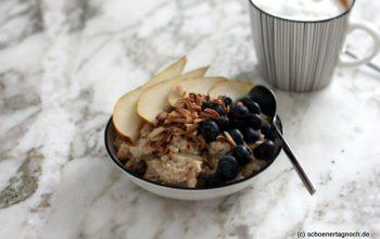 Birnen-Porridge mit Blaubeeren