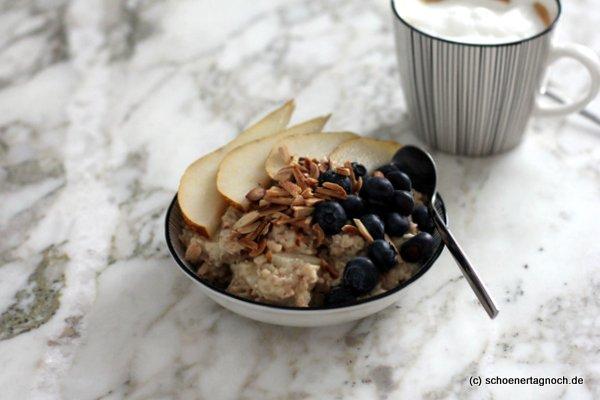 Warmes Birnen-Porridge mit Blaubeeren zum Frühstück, ein Rezept von Heavenlynn Healthy