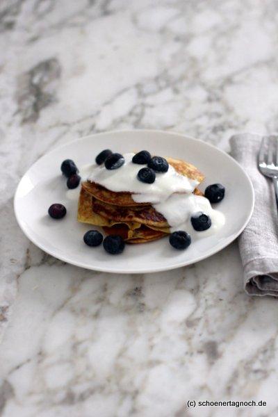 Rezept für Bananen-Pancakes mit Joghurt und Blaubeeren aus dem Yummy Mami Ruckzuck Kochbuch