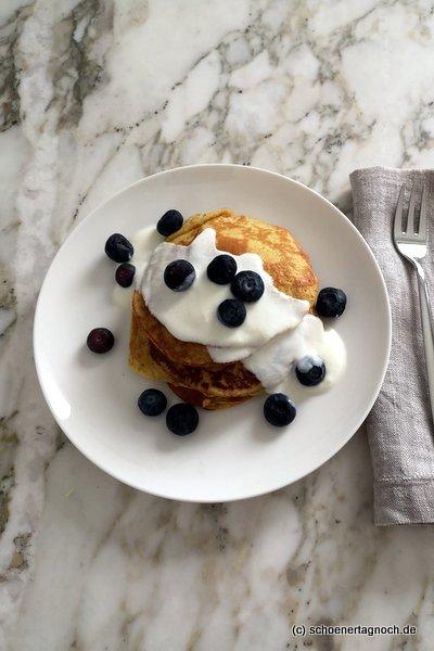 Bananen-Pancakes mit Joghurt und frischen Früchten