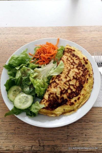 Gefüllter Pfannkuchen mit Feta, Tomate und Spinat und Salat im Glashaus in Karlsruhe