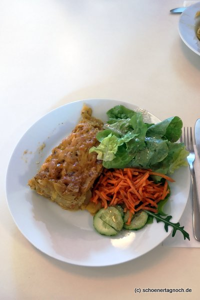 Kartoffelgratin mit Salat im Glashaus in Karlsruhe