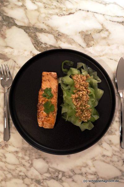 Honigglasierter Lachs mit Gurkensalat und scharfem Erdnusspesto nach Tim Mälzer