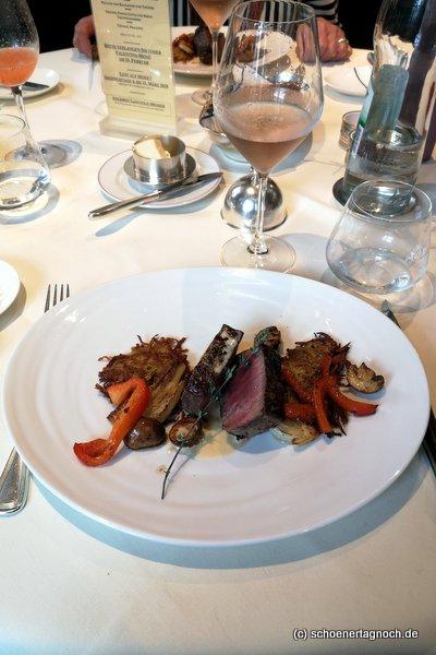 Hauptgericht im Restaurant Ochsen in Karlsruhe-Durlach: dry aged Rinderrücken mit Rösti und geröstetem Gemüse.