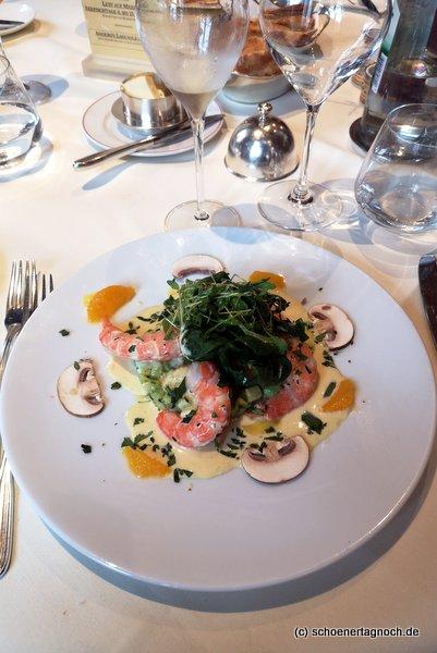 Vorspeise im Restaurant Ochsen in Karlsruhe-Durlach: Ackersalat mit Avocadotartar, rosa Crevetten und Orangen