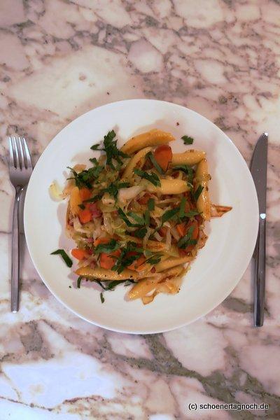 Schupfnudeln mit Karotten, Spitzkohl und Speck nach einem Rezept aus dem Yummy Mami Ruckzuck Kochbuch.