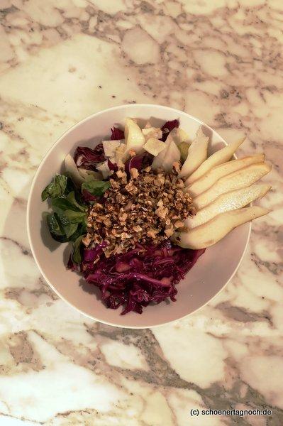 Wintersalat-Bowl mit mariniertem Rotkohl, Birne und Walnusscrunch