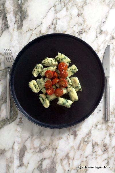 Bärlauch-Ricotta-Gnocchi mit ofengerösteten Kirschtomaten