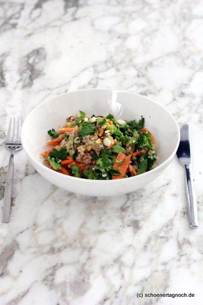 Brokkoli-Quinoa-Salat mit Karotten, Pistazien und Apfel-Dattel-Dressing