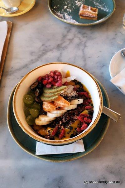 Bowl mit Granola, Joghurt und frischen Früchten im Claus in Stuttgart