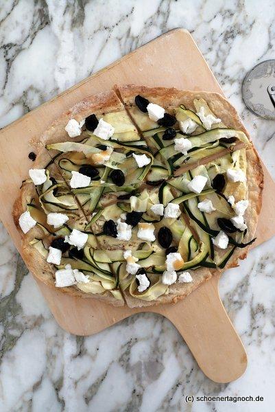 Flammkuchen mit Zucchinistreifen, Oliven. Ziegenfrischkäse und Honig