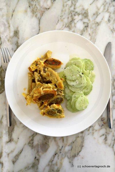 Gebratene Maultaschen mit Ei und Gurkensalat