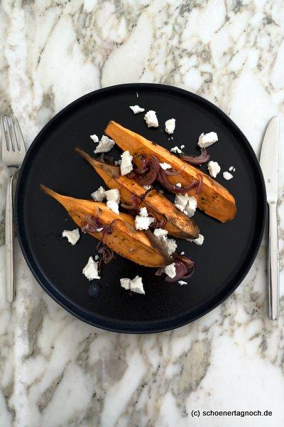 Ofengeröstete Süßkartoffel mit  Kräutern, Zwiebel und Ziegenfrischkäse