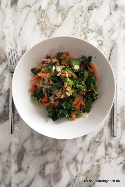 Quinoa-Brokkoli-Salat mit Karotten, gerösteten Pistazien und Apfel-Dattel-Dressing