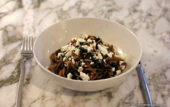 Rote Linsen-Pasta mit Spinat, Rosinen und Feta