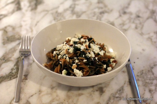 Rote Linsen Pasta mit Spinat, Feta und Rosinen