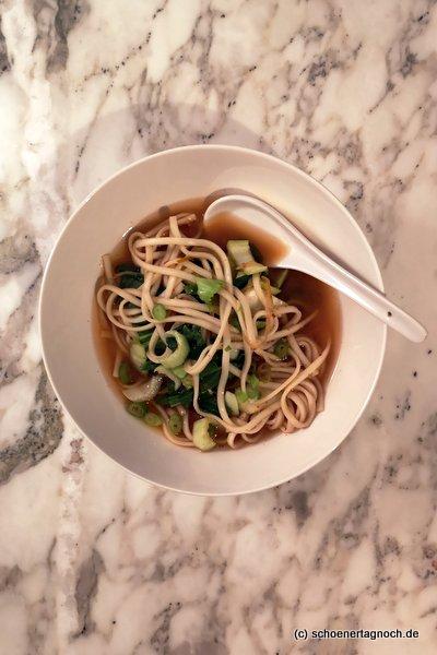Schnelle Ramen-Suppe mit Pak Choi und Kimchi