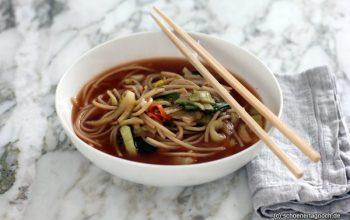 Schnelle Ramensuppe mit Pak Choi und Kimchi