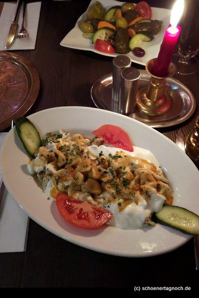 Manti (türkische Teigtaschen, gefüllt mit Rindfleisch) mit Tomaten- und Joghurtsauce im Sultan Saray in Stuttgart