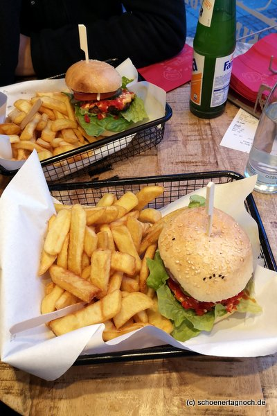Chiliburger mit Pommes im Triple B Beef Burger Brothers in Stuttgart