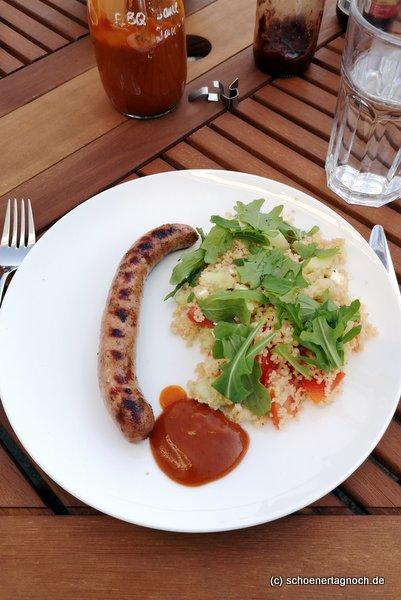 Salsiccia vom Grill mit Couscous-Salat und selbstgemachter BBQ-Sauce