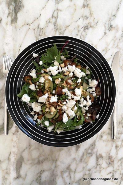 Brokkoli-Zucchini-Salat mit Datteln, Cashewkernen und Ziegenfrischkäse