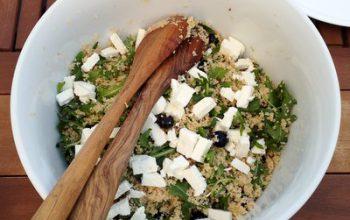 Zum Grillen: Couscous-Salat mit Heidelbeeren, Rucola und Feta