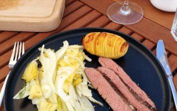 Flanksteak 12 Stunden sous vide gegart, dann auf dem Grill finalisiert. Dazu Fenchel-Ananas-Salat und Hasselback-Kartoffeln