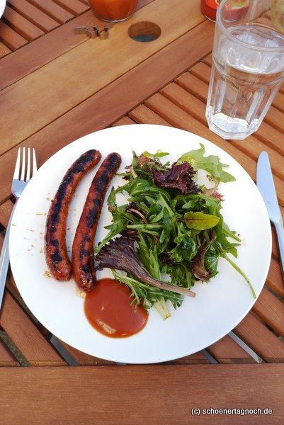 Merguez Würste mit grünem Salat und Edelpflaumen-BBQ-Sauce