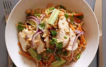Thai-Reisnudelsalat mit Karotten, Gurken, Hähnchenbrust und gerösteten Erdnüssen