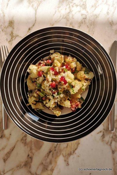 """Salat aus zweierlei Blumenkohl (roh geraspelt und die Röschen im Backofen geröstet) mit Granatapfelkernen, Petersilien und Minze nach einem Rezept aus """"Simple"""" von Ottolenghi"""