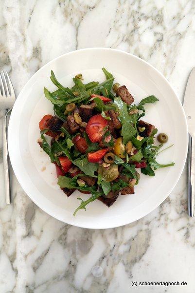Erbeer-Panzanella, Brot-Salat mit Erdbeeren, Rucola und Kirschtomaten