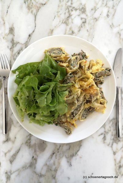 Geröstete Maultaschen mit Ei und grünem Salat
