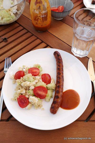 Gegrillte Merguez mit Coucous-Salat mit Gurke, Feta und Kirschtomaten