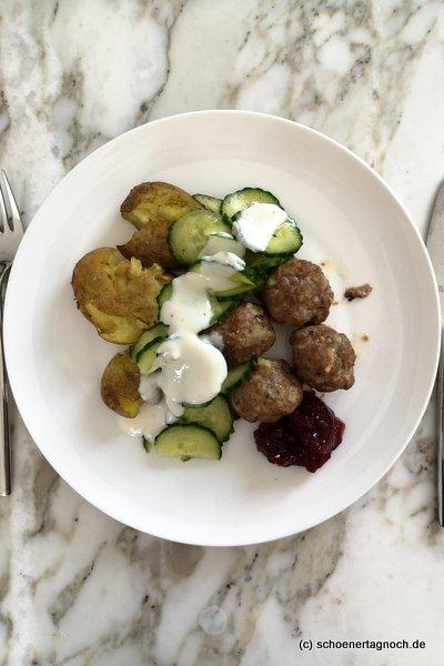 Köttbullar mit smashed Potatoes aus dem Backofen, dazu Gurken mit Frenchdressing und Preiselbeeren