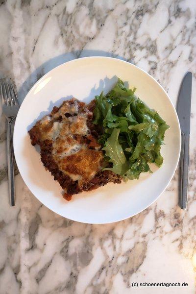 Lasagne Bolognese mit grünem Salat