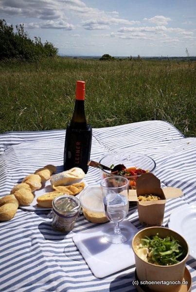 Picknick auf der Kleinen Kalmit in Ilbesheim mit Picknickbox vom Hubertushof und Wein vom Weingut Leiner