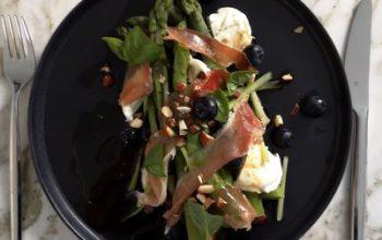 Lauwarmer Spargelsalat mit Blaubeeren, Mozzarella und Serrano-Schinken