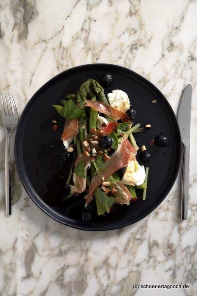 Lauwarmer Spargel-Salat mit Blaubeeren, Mozzarella und Serrano-Schinken